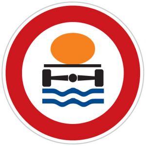 Zákaz vjezdu vozidel přepravujících náklad, který může způsobit znečištění vody